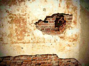 witgekalkte muur